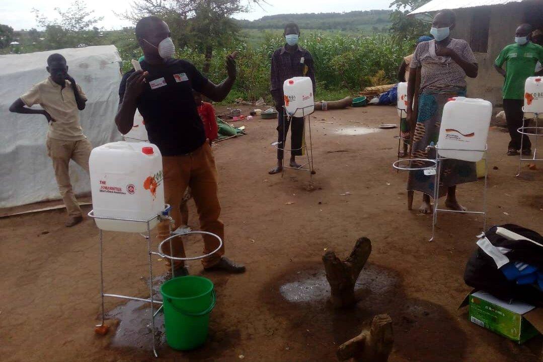 Gemeindebasierte Helferinnen und Helfer machen auf die Bedeutung des Händewaschens gegen Corona in Trainings aufmerksam
