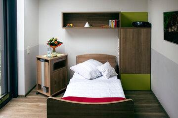 Ein frisch bezogenes Pflegebett im Johanniter Hospiz in Bremen-Nord