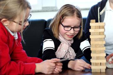 Zwei Kinder, die ein Bauklotzstapel-Spiel spielen