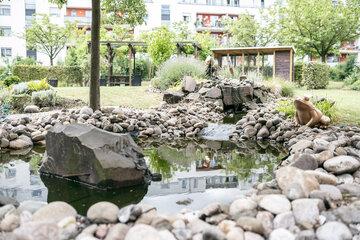 Einen Gartenteich und viel grün findet man in den Außenanlagen des Johanniter-Stifts