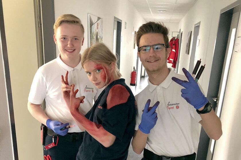 Drei Jugendliche haben Spaß als Verletztendarsteller