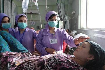 Angehende Hebammen behandeln eine schwangere Frau bei einem Klinikeinsatz in Balkh.