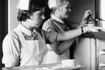 1974: Schwesternhelferinnen der Johanniter im Einsatz.