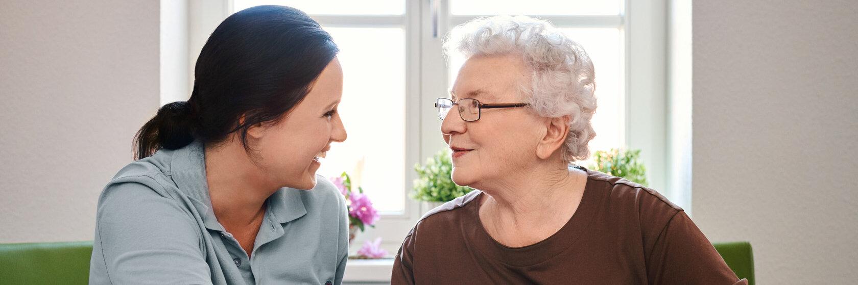 Eine Johaniterin und eine Seniorin
