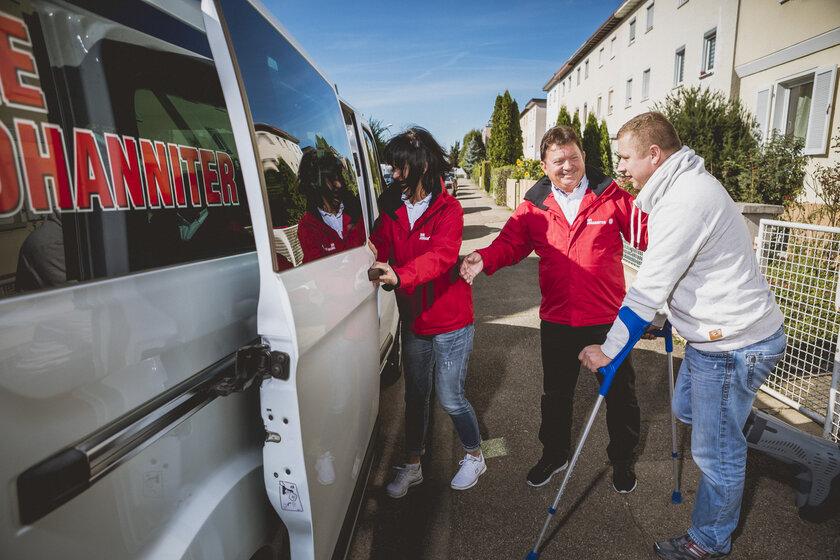Ist die eigene Beweglichkeit durch Krankheit, Behinderung oder Verletzung eingeschränkt, hilft der Johanniter-Fahrdienst.