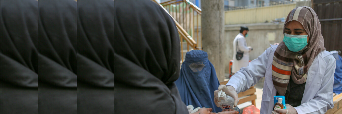 Eine Mitarbeitende unserer Partnerorganisation OHW schult zum Thema Hygiene in Kabul und verteilt Hygienematerialien