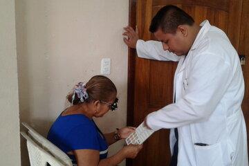 Eine Frau wird von einem Arzt untersucht
