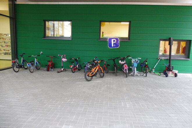 Ein Parkplatz für Roller, Fahrräder und Dreiräder