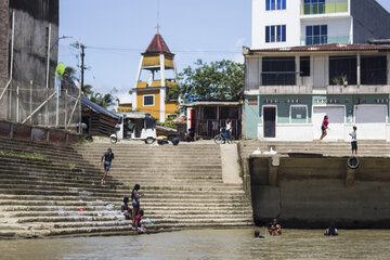 Kinder spielen auf einer Treppe am Fluss