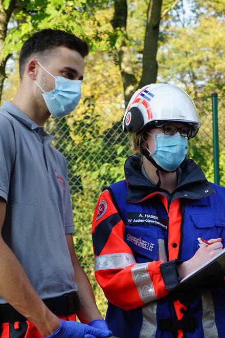 Zwei Helfer in einer Übungssituation an einer Verletztensammelstelle
