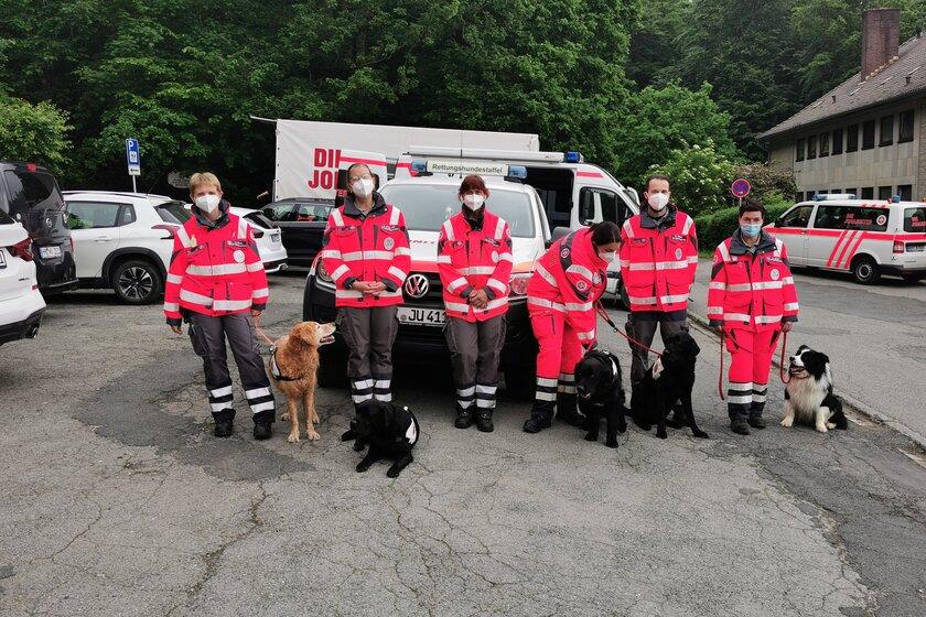 Sechs Einsatzkräfte und fünf Hunde