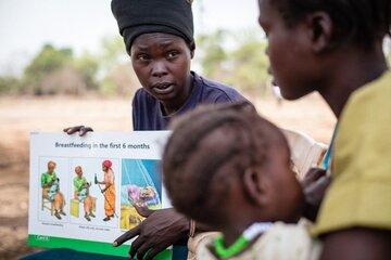 Bei Schulungen in Südsudan werden den Menschen Wissen über Mutter-Kind-Gesundheit durch Gesundheitshelfer weitergegeben.
