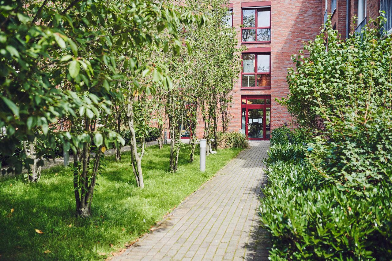 angelegte Gartenwege im Johanniter-Zentrum Kaarst