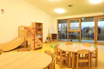 """Gruppenraum mit Rutsche in der Johanniter-Kinderkrippe """"Turmwichtel"""" Bad Abbach"""