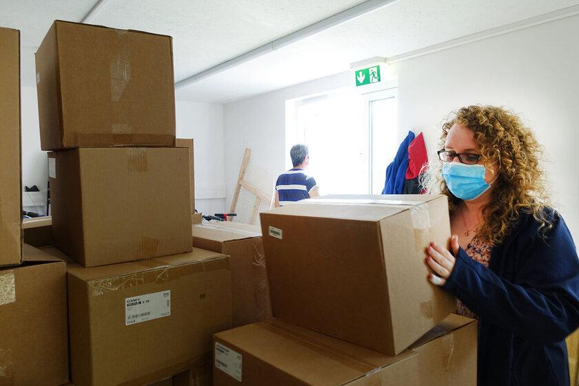 Jessy Carstensen, Sozialberaterin in der Gemeinschaftsunterkunft Travemünde, hilft beim Auspacken und Verteilen der vielen gespendeten Pakete.