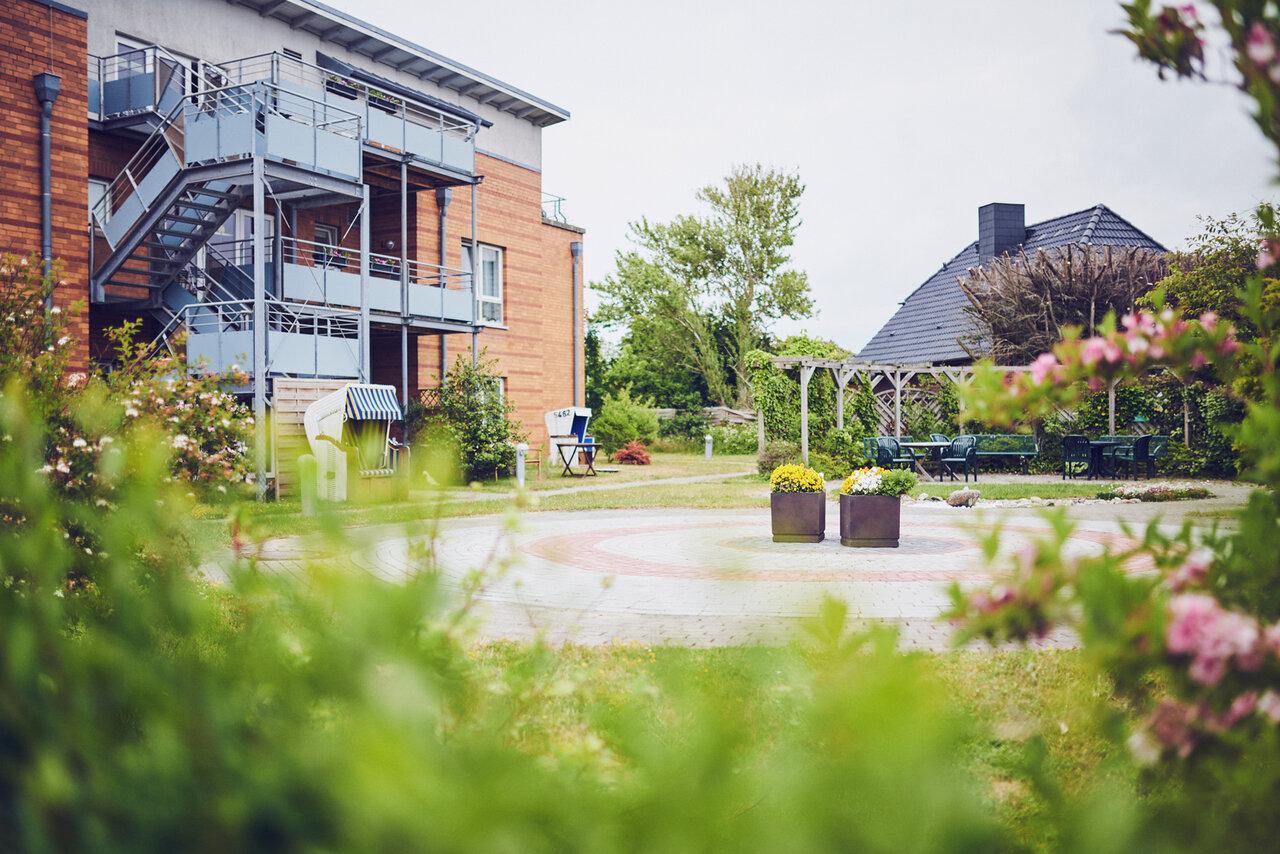 2 Strandkörbe, kleiner runder gepflasterte Vorplatz und Gartenmöbel laden zum Treffen ein im Johanniter-Haus Westerland
