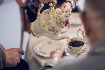 Bewohner trinken zusammen Kaffee