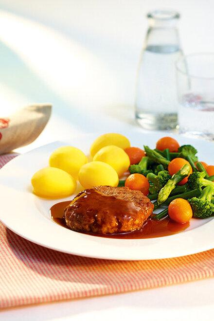Deutsches Beefsteak mit Gemüse und Kartoffeln