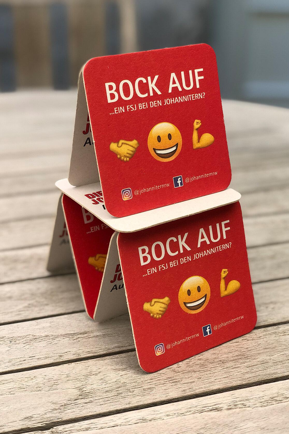 """Kartenhaus mit Getränkeuntersetzern mit Aufdruck """"Bock auf ein FSJ bei den Johannitern"""""""