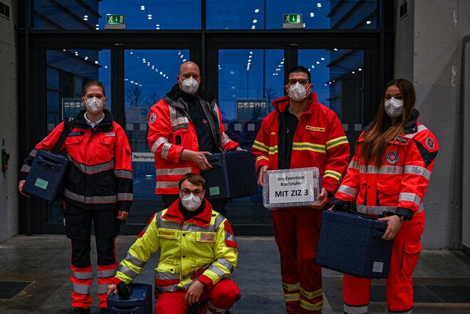 Helferinnen und Helfer der Karlsruhe Hilfsorganisationen ASB, DRK, DLRG, Johanniter und Malteser, die sich in den Mobilen Impfteams engagieren.
