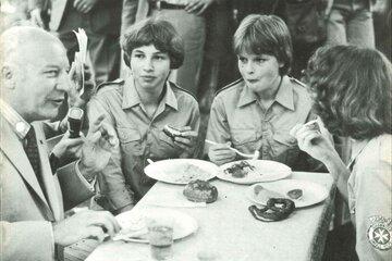 1977 besucht Bundespräsident Walter Scheel die Johanniter-Jugend.