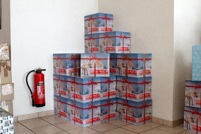 Im Flur der Regionalgeschäftsstelle der Johanniter aus Südniedersachsen stehen 22 gelieferte Pakete aus Gronau.