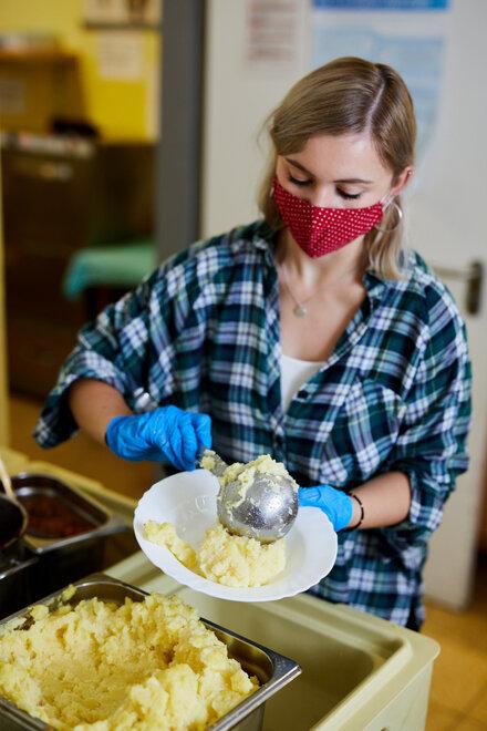 Ehrenamtliche bei der Essensausgabe der Kiezmahlzeit.