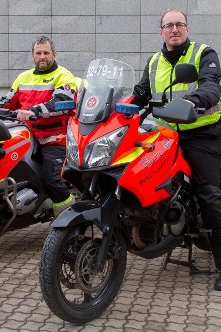 Zwei Motorradfahrer auf ihren Maschinen