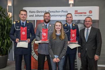 Die Preisträger Marcel Dewitt, Marco Lindenhahn und Nico Lüttich mit Annika Lahn und Boris Pistorius auf der Preisverleihung des Hans-Dietrich-Genscher-Preis.