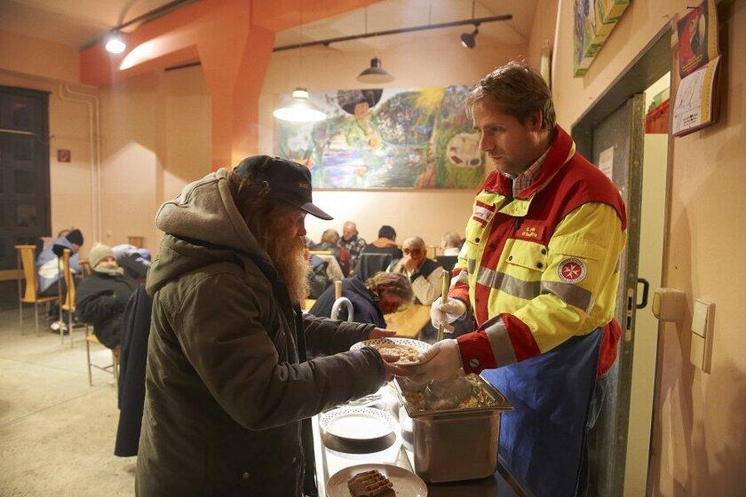 Ehrenamtliche Helfer der Johanniter versorgen Obdachslose in Berlin.