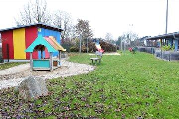 """Der Garten der Johanniter-Kinderkrippe """"Turmwichtel"""" Bad Abbach lädt zum Spielen draußen ein."""