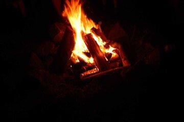 Ein Lagerfeuer im dunkeln