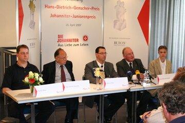 Torsten Meyer (Disponent der Rettungsleitstelle in Nienburg), Hans-Dietrich Genscher, Oliver Bruse, Hans-Peter von Kirchbach (Präsident der Johanniter-Unfall-Hilfe e.V.) und Dennis-Adrian Lorenc (Johanniter-Juniorenpreis) bei der Preisverleihung 2007.