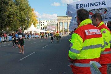 Die Johanniter leisten einen Sanitätsdienst beim Berlin-Marathon im Jahr 2013.