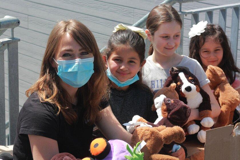 Annika Keup, Einrichtungsleiterin, freut sich mit den Kindern besonders über gespendeten Kuscheltiere.