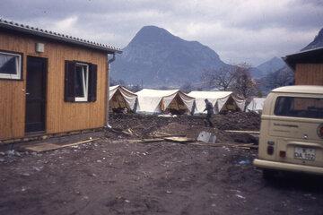 Sanitätszelte und der Johanniter in einem vom Erdbeeben verwüsteten Dorf.