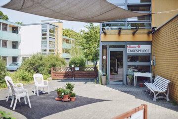 Eingang mit Gartenbestuhlung zur Tagespflege im Johanniter-Haus Köln Porz.