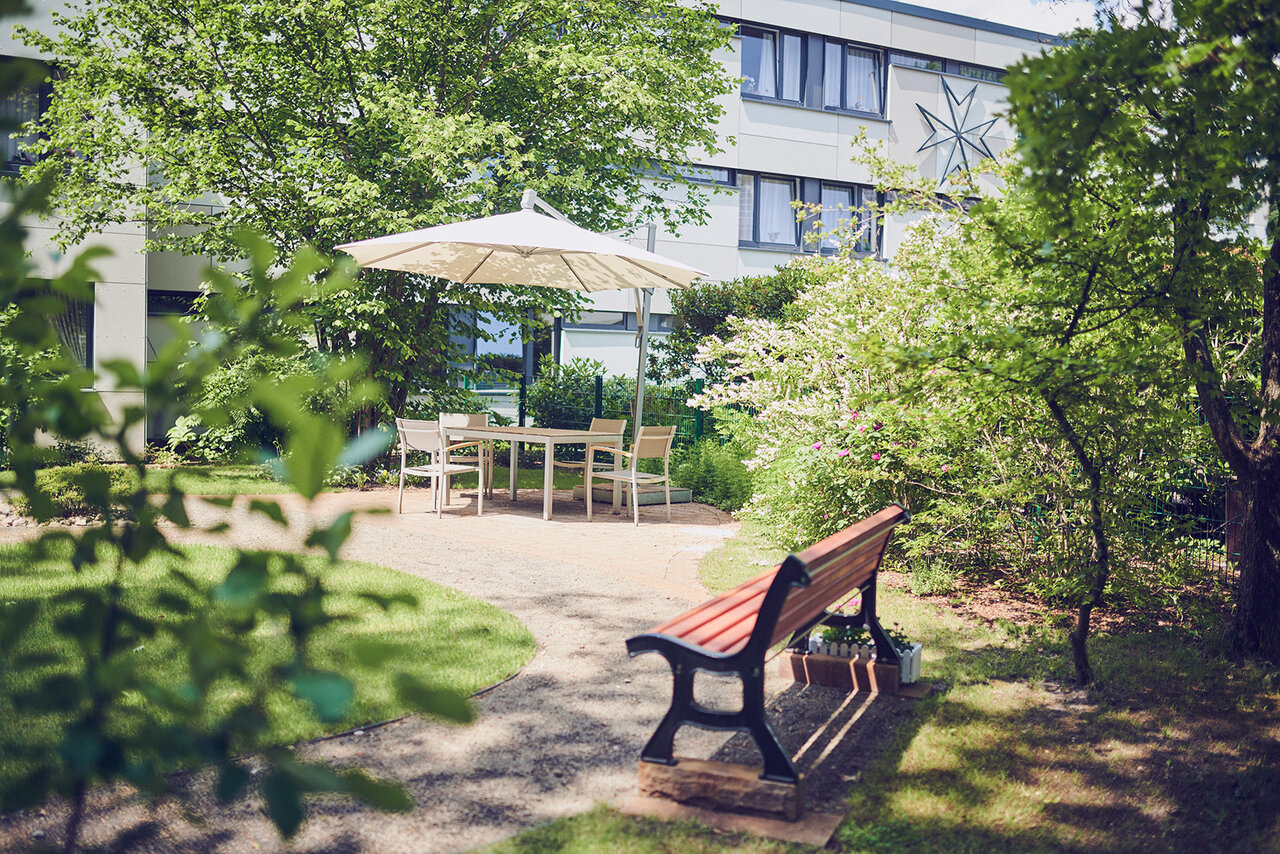 Der Garten im Johanniterhaus Celle lädt zum Verweilen ein