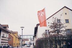Eine Flagge weht im Wind