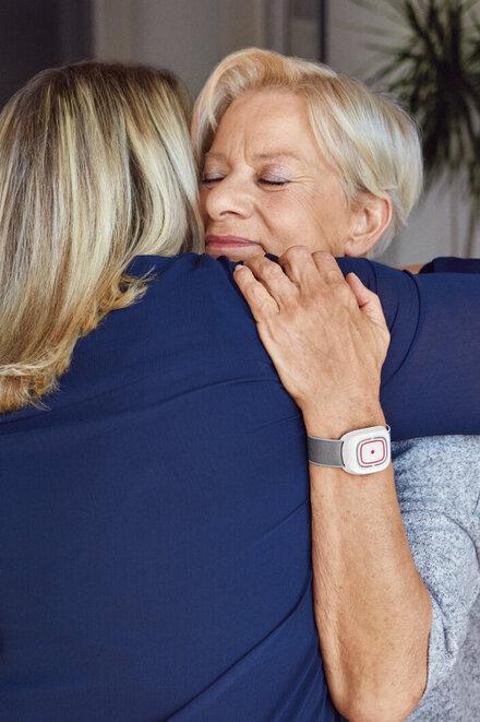 Frau mit Hausnotruf-Armband