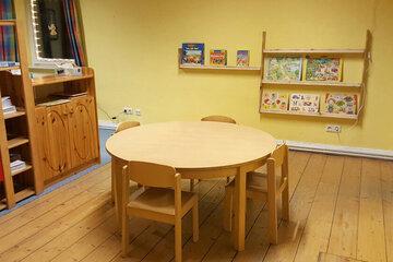 Gemütlicher ruder Kindertisch, viele Geschaftspiele und Co. warten darauf von den Kinder bespielt zu werden.