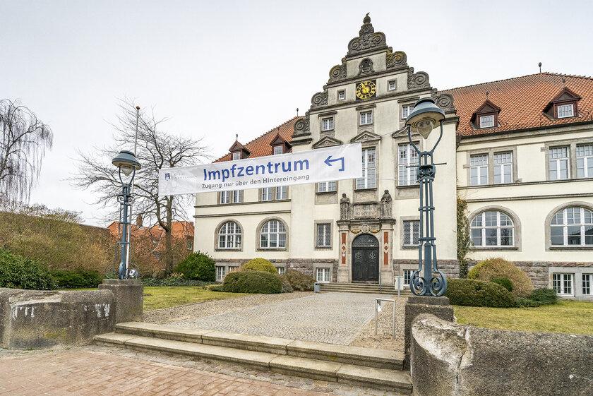 Das Impfzentrum Bad Schwartau befindet sich im ehemaligen Amtsgericht direkt am Markt.